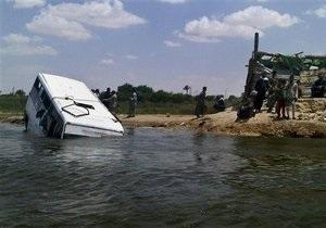 В Египте уточнили число погибших при падении автобуса в Нил