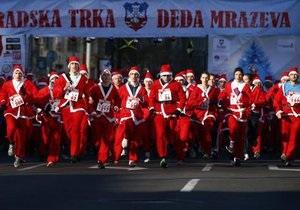 В предновогоднем забеге по Белграду приняли участие две тысячи Дедов Морозов