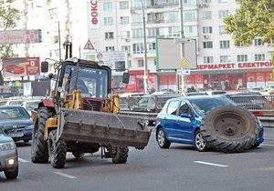 В Киеве колесо трактора на ходу упало на легковой автомобиль