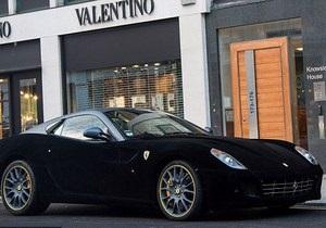 Еще дороже. В Лондоне был замечен Ferrari с бархатной обшивкой стоимостью пять тысяч фунтов