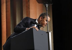 Во время выступления Обамы с трибуны отвалилась эмблема президента США