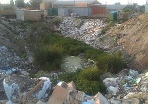 В Киеве на Позняках обнаружили незаконную свалку мусора. Жители массива обратились в прокуратуру