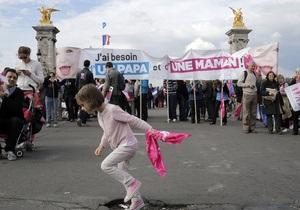 В Париже для разгона акции противников гей-браков полиция применила слезоточивый газ