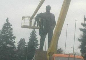 новости Енакиево - памятник Ленину - В Енакиево неизвестные разрисовали памятник Ленину красной и белой красками