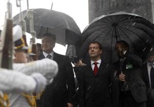 Фотогалерея:  Это к деньгам . Как Янукович и Медведев намокли под киевским дождем