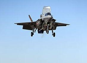 Новейший американский истребитель впервые совершил вертикальную посадку
