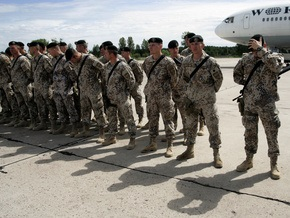 Из-за кризиса в Латвии могут возобновить обязательную военную службу