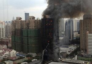 В Шанхае сгорело 28-этажное здание: число погибших достигло 58 человек