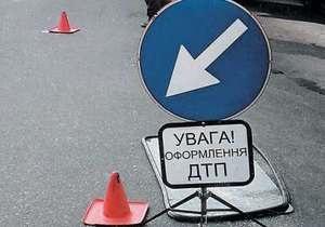 В Крыму водитель автомобиля снес бетонный забор, дерево и несколько раз перевернулся