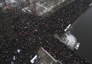 Цветы, воздушные шары и белые ленты. В Москве завершается крупнейший за последние годы митинг