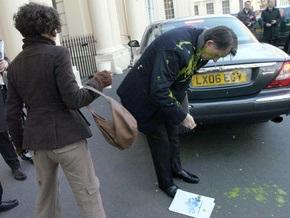 Активистка облила британского министра зеленым соусом