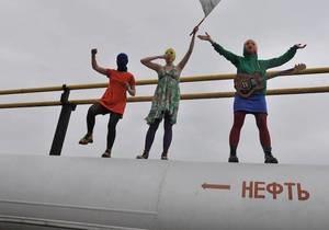 Скрывающиеся участницы Pussy Riot выступили на нефтяных объектах России