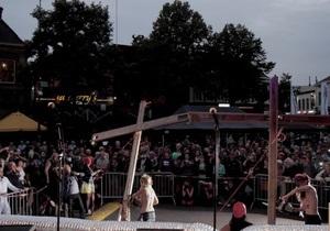 Активистки FEMEN спилили в Нидерландах три креста в поддержку Pussy Riot