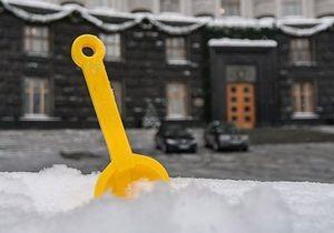 В Киеве активисты подарили Азарову детскую лопатку
