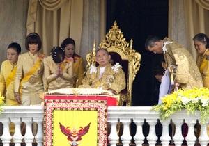 В Таиланде в честь юбилея короля собралась рекордная толпа людей