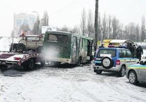 В Киеве эвакуатор врезался в маршрутку: погибла женщина