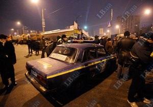 На киевском рынке Юность сносят киоски. В результате столкновений между милицией и торговцами пострадали двое человек