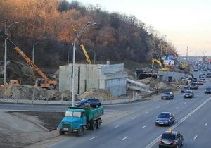 Киевлянам пообещали сдать развязку у моста Патона в марте