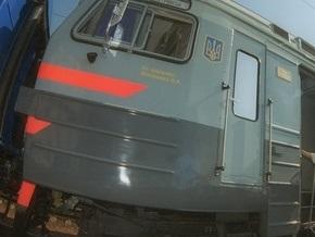 В Кременчуге поезд столкнулся с джипом, протянув его более 400 м. Водитель чудом остался жив