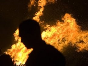 В Мариуполе мужчина поджег себя прямо в банке