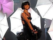 Фанатам Рианны запретили приносить на концерт зонты