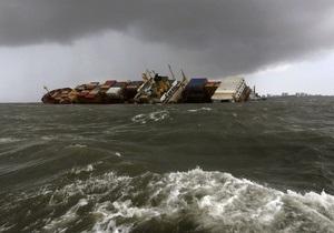 Фотогалерея: Тонет - не потонет. Авария контейнеровоза заблокировала порт Мумбаи