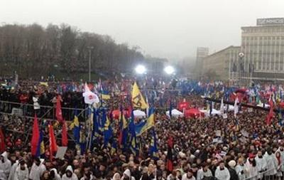 Несколько тысяч митингующих с Европейской площади двинулись на Банковую. Неизвестный бросил дымовую шашку