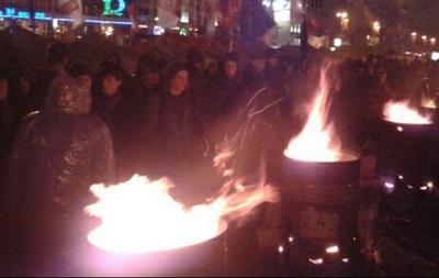 Митингующие на Европейской площади в Киеве греются у самодельных костров