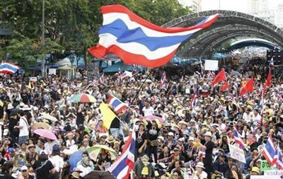 В Таиланде тысячи демонстрантов вышли на  мирный штурм  министерств