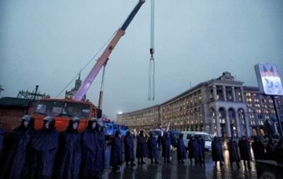 На Майдане Незалежности начали устанавливать новогоднюю елку