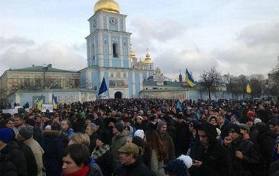 Участники Евромайдана организованной колонной направились в парк Шевченко, Владимирская улица перекрыта