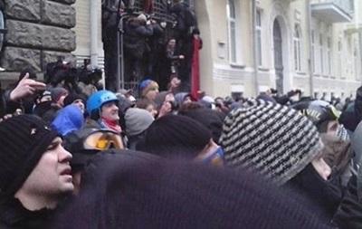 Протестующие в Киеве блокируют здание Кабмина