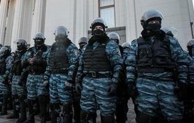 Евромайдан - блокирование - автомобили - база - Беркут - воинская часть - Активисты Евромайдана с помощью машин заблокировали базу Беркута и воинскую часть