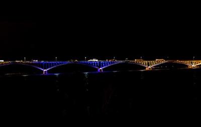 Мост между США и Канадой засветился цветами украинского флага в знак поддержки Евромайдана