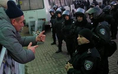 Бойцы ВВ дислоцируются в одной из школ на Институтской, милиция перекрыла улицу