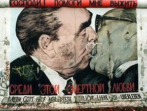 С Берлинской стены стерли граффити с целующимся Брежневым