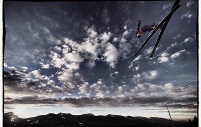 Спортивные кадры недели: летающие лыжники и девушка в красном