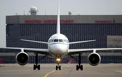 В российских аэропортах запретили проносить жидкости на борт самолета