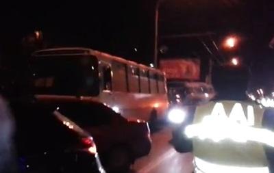 На проспекте Победы, где продолжают блокировать автобусы с Беркутом, собрались уже около тысячи человек