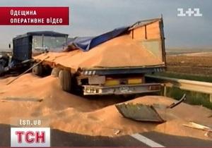 В Одесской области из-за рассыпанного на дороге зерна разбилось пять машин