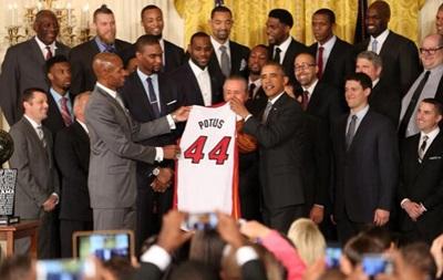 Чемпионы NBA подарили Обаме особенную майку