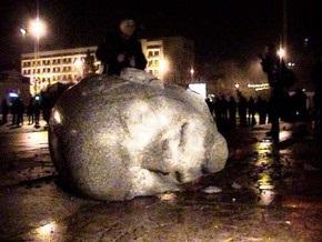 В Черкассах при демонтаже памятник Ленину раскололся на части