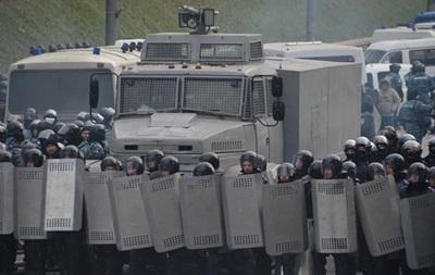 Митингующие сооружают катапульту, чтобы метать камни в правоохранителей