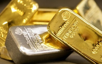 На товарной бирже Нью-Йорка золото и серебро дешевеет, а платина дорожает