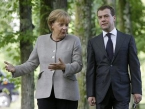 Меркель призывает Медведева расследовать последние убийства правозащитников в России