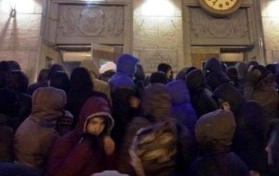 В Черкассах около 4 тысяч митингующих штурмуют местное МВД
