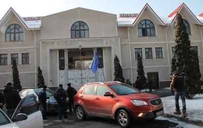 Один ваш звонок - и смертей больше не будет . Активисты Автомайдана пикетировали дом Ахметова в Донецке