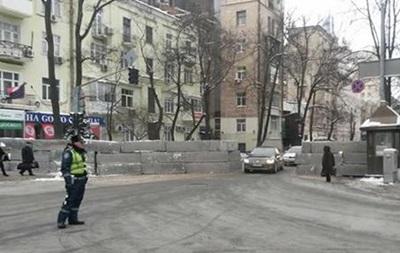 В центре Киева разбирают установленную ночью бетонную баррикаду