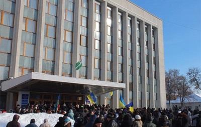 В Чернигове митингующие согласились покинуть облсовет