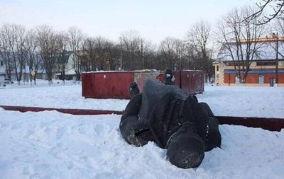 В Киевской области ночью неизвестные повалили на землю памятник Ленину